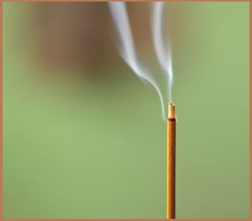 Đốt nhang trở thành một nét truyền thống lâu đời của người Việt