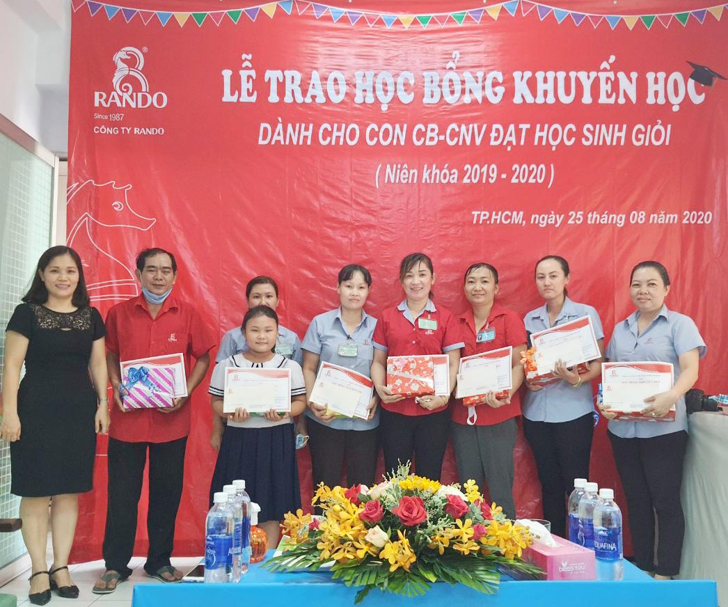 Bà Nguyễn Thị Bình – Kế Toán Trưởng trao tặng phần thưởng và giấy khen RANDO 3