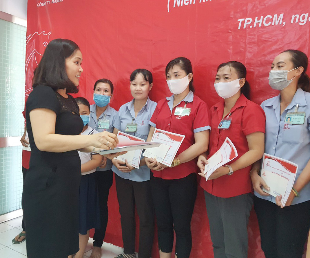Bà Nguyễn Thị Bình – Kế Toán Trưởng trao tặng phần thưởng và giấy khen RANDO 2