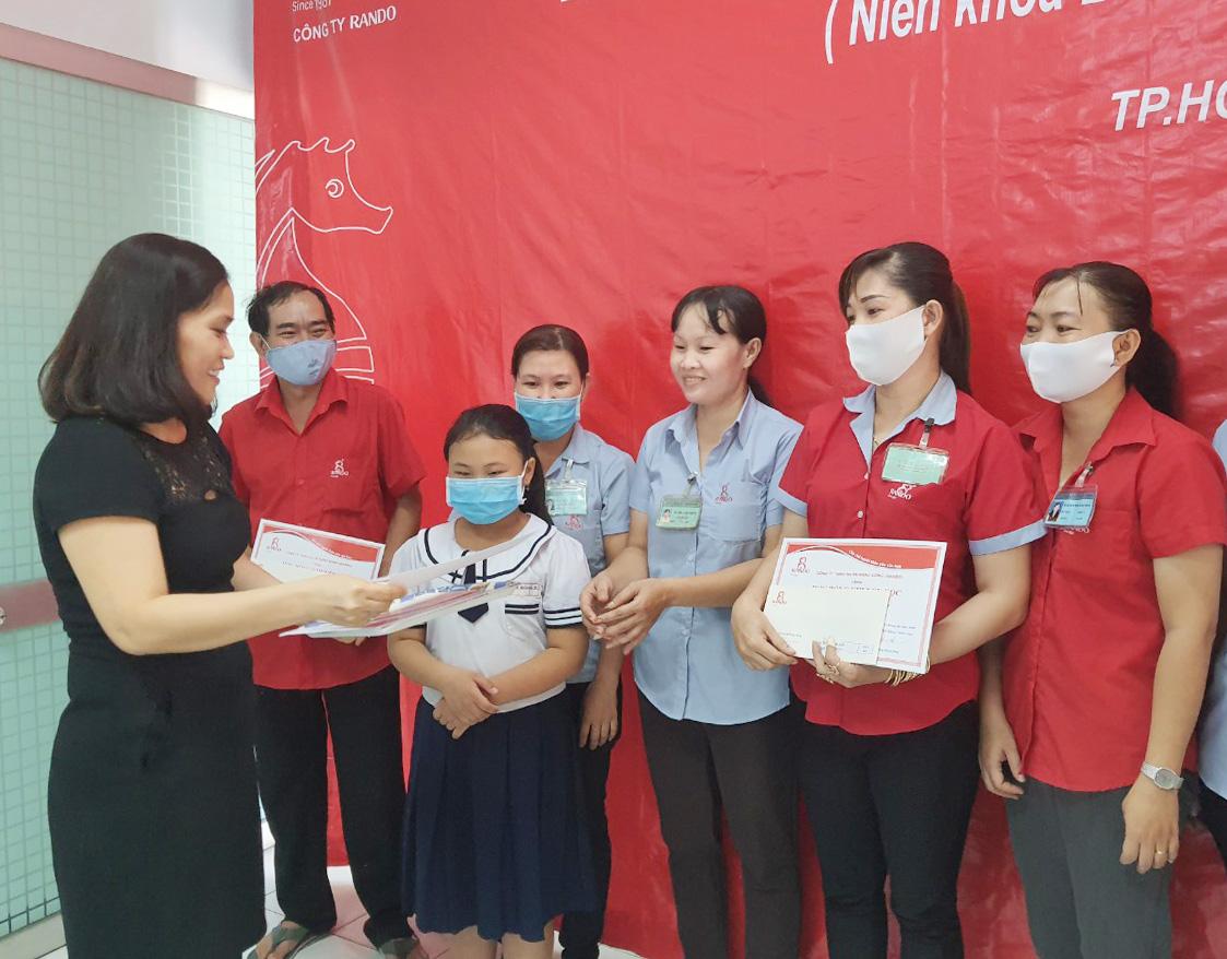 Bà Nguyễn Thị Bình – Kế Toán Trưởng trao tặng phần thưởng và giấy khen RANDO 1