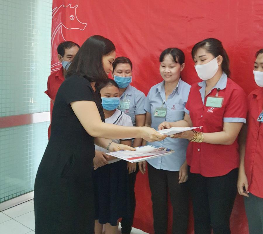 Bà Nguyễn Thị Bình – Kế Toán Trưởng trao tặng phần thưởng và giấy khen RANDO