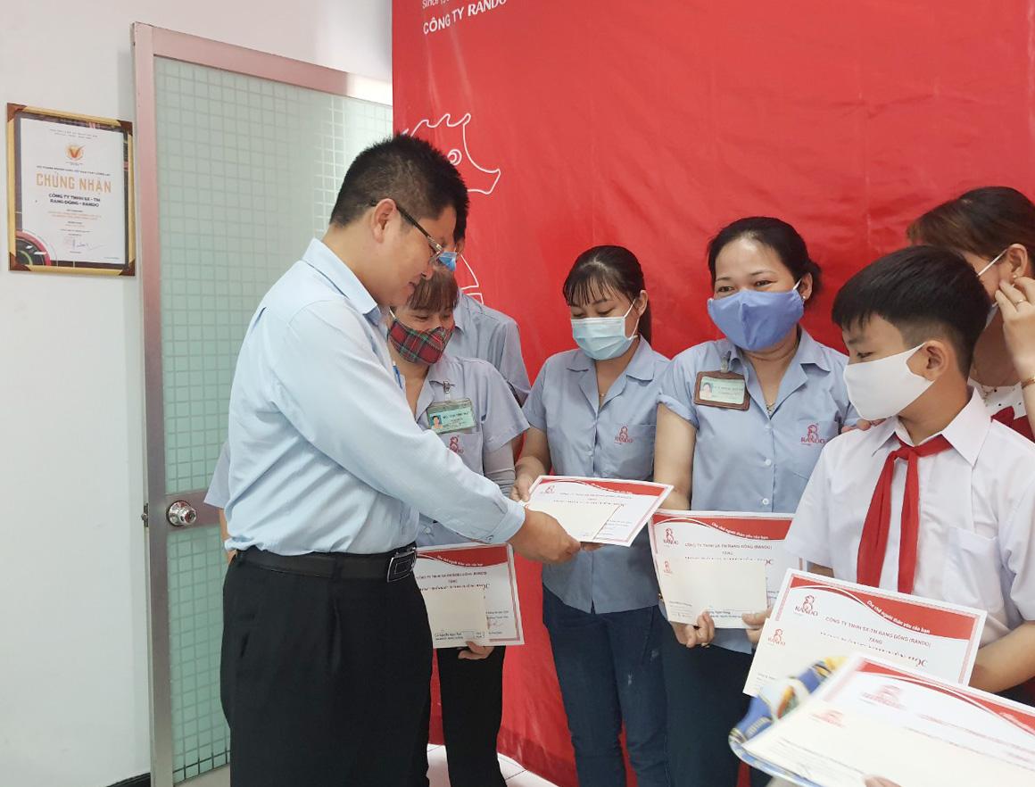 Ông Lê Kim Tú – GĐ Điều Hành trao tặng phần thưởng và giấy khen RANDO 2