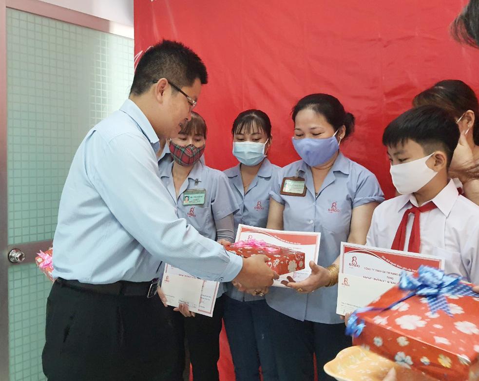 Ông Lê Kim Tú – GĐ Điều Hành trao tặng phần thưởng và giấy khen RANDO 1