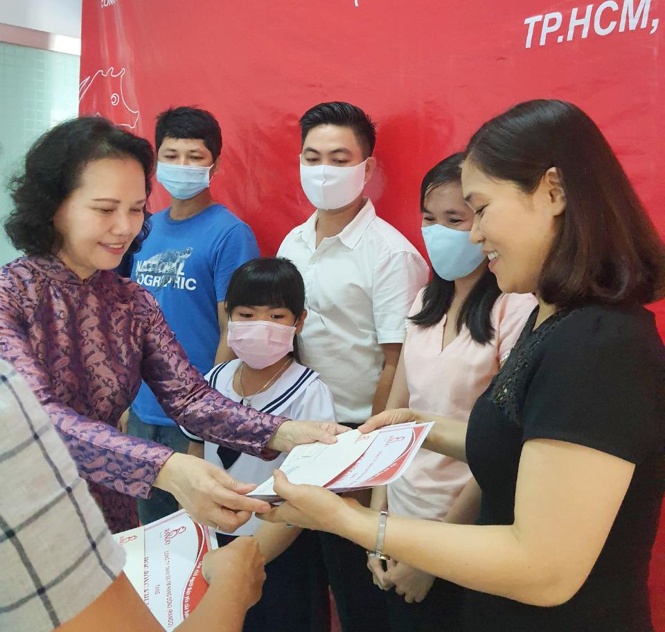 Bà Đoàn Thị Phượng - Phó chủ tịch HĐTV trao tặng phần thưởng và giấy khen RANDO