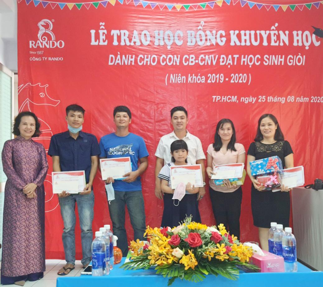 Bà Đoàn Thị Phượng - Phó chủ tịch HĐTV trao tặng phần thưởng và giấy khen